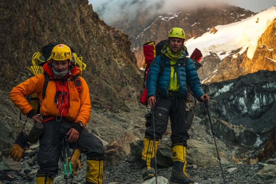 Torkjel og kameraten Andreas Ebbesen dagen etter et vellykket toppstøt på Peak Korzhenevskaya. Øverst til høyre. der isbreen møter fjellet til venstre, ligger campen på 6100 meter. Foto: Nicolai Julsvoll