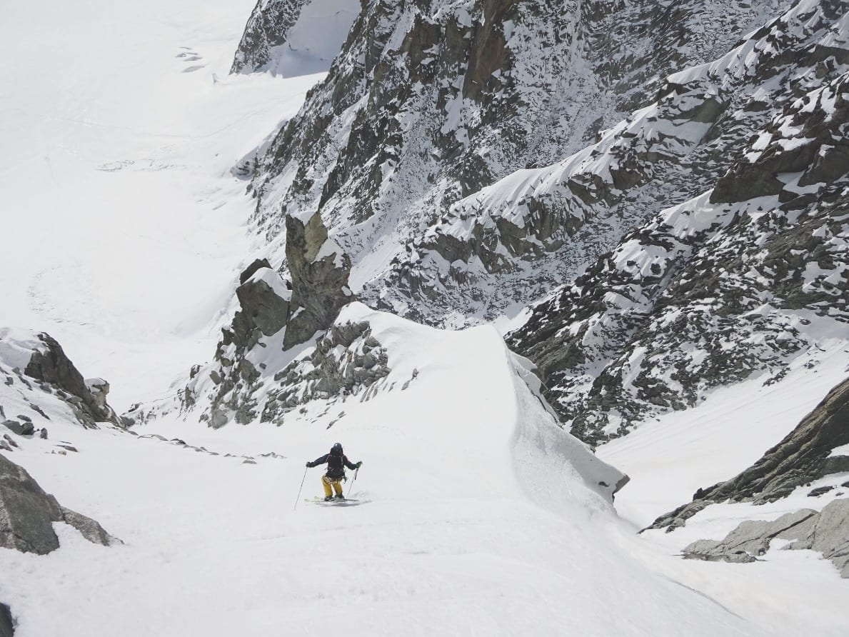 HALVE ÅRET HER: Petersson bor halve året i Chamonix, og har flere førstenedkjøringer, som her fra Hidden Couloir på østflanken av Mont Blanc du Tacul. Bilde: Mikko Heimonen