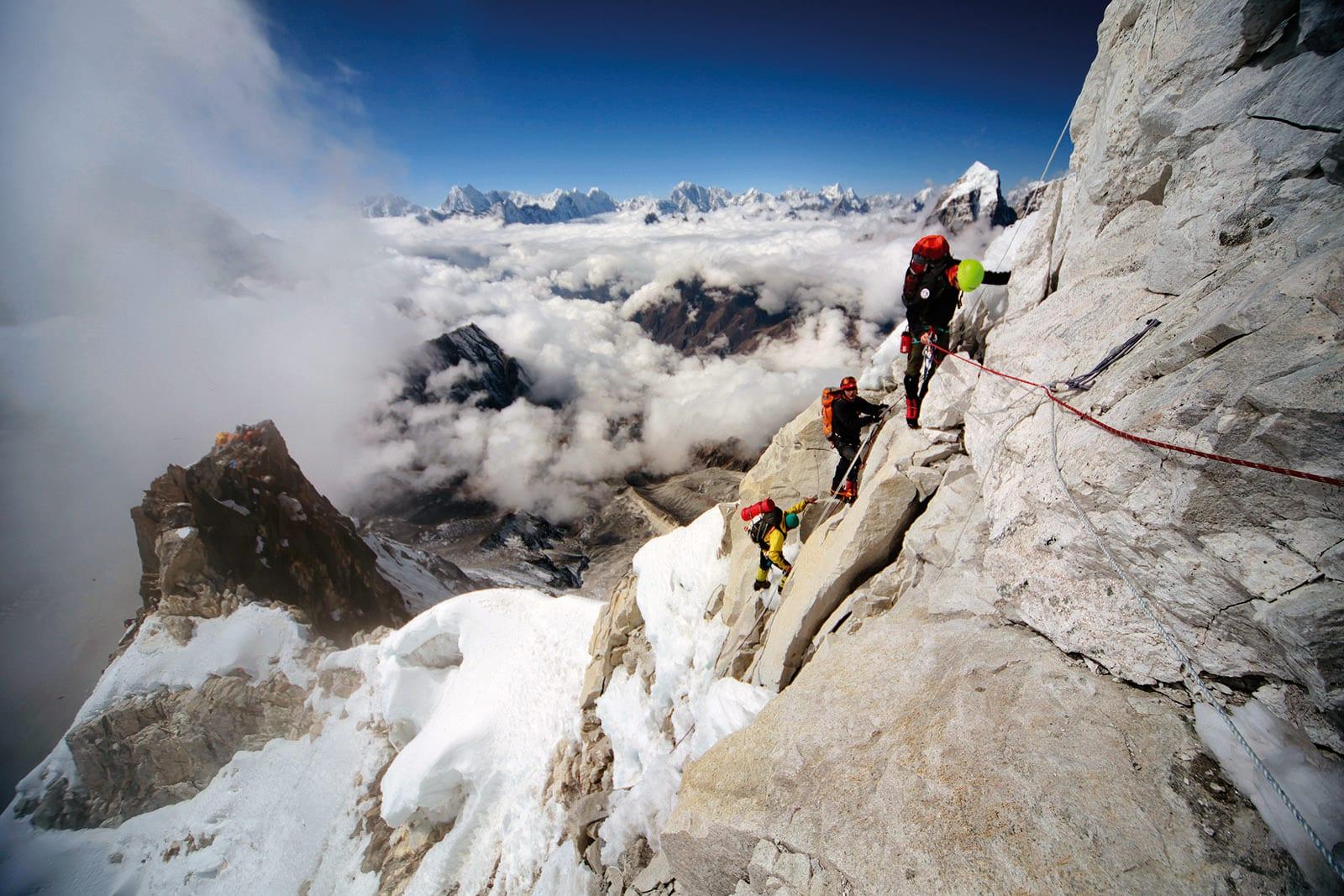 Mot toppen: Klatrerne på vei opp Grey Tower, et 150 meter høyt bratt parti. Til venstre sees Camp 2 som er limt fast på klippene. Foto: Matti Bernitz