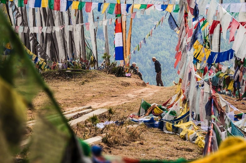 BUDDHISME: Tashi guider oss gjennom gamle templer og bønneflagg på vei opp mot Tiger's Nest.