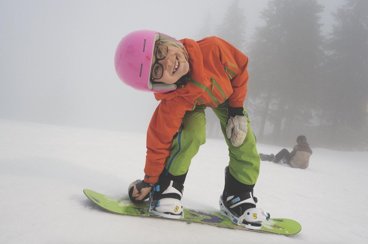 BRETTFRELST: Aurora (8) har fått til de første svingene på snowboard og er klar for en ny økt. Foto: Erlend Sande