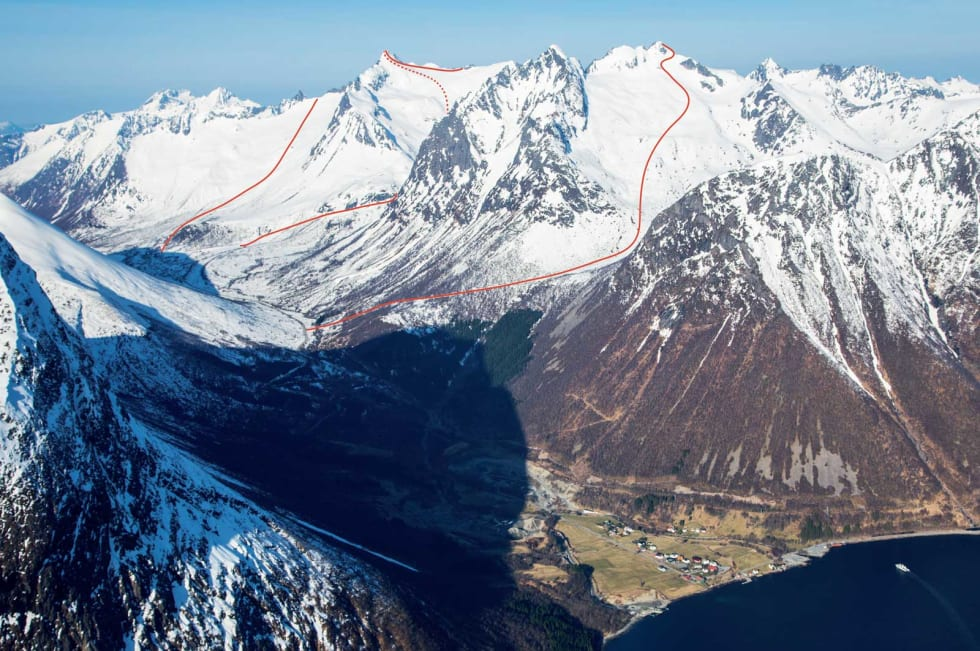 Ruta opp Skylstadbrekka til Patchellhytta midt i biletet. Slogen til venstre, Brekketindane bak og Smørskredtindane til høgre. Foto: Eirik Vaage.