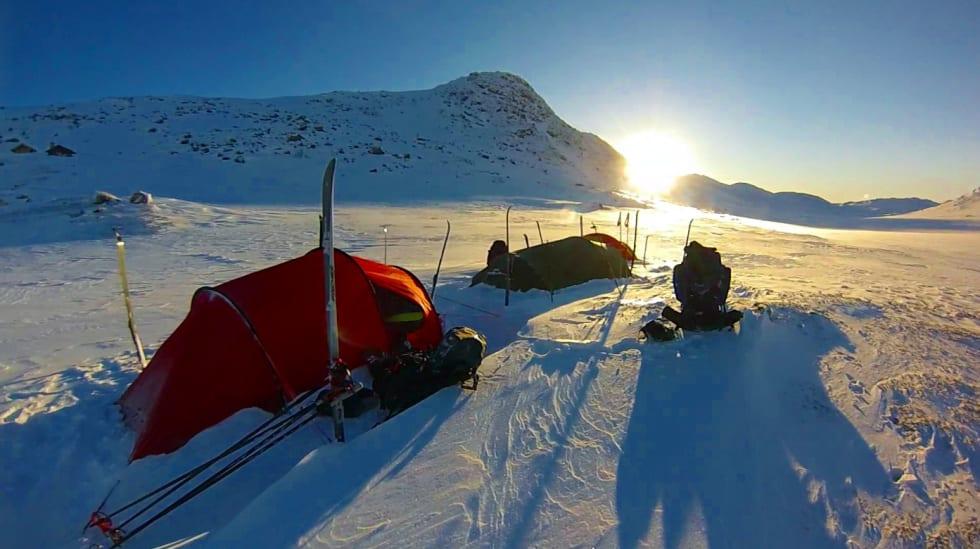 Morgenstund i Slettedalen med Slettedalsbu i åssiden til venstre. Foto: Espen Laaveg