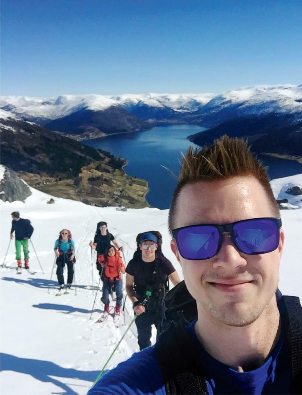 SELFIE MED VENNER: Simon Sæterlid traff godt med sin eneste skitur sist påske.