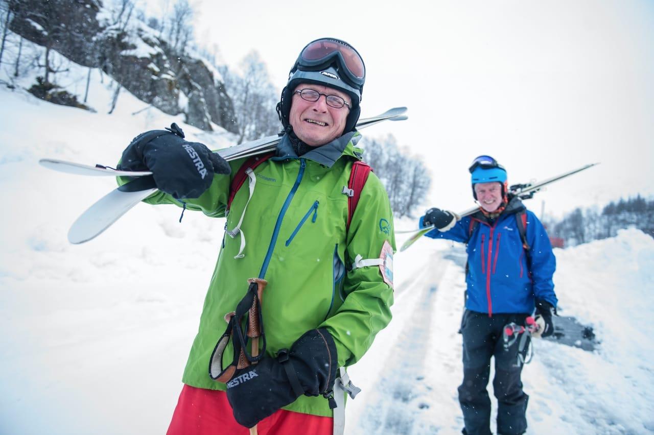 VETERANER: Karl Krossø og Sven Løkeland på vei ned til parkeringen etter en fin tur. Merk skipasset i kortholderen på overarmen.