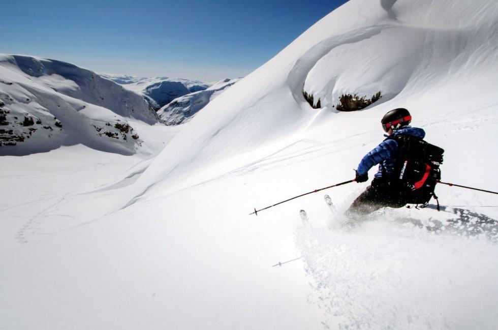 SUNNFJORD TAK: Snønipa er områdets høyeste fjell, og nedkjøringen mot Veiteberg en av de fineste. Foto: Torje Bjellaas