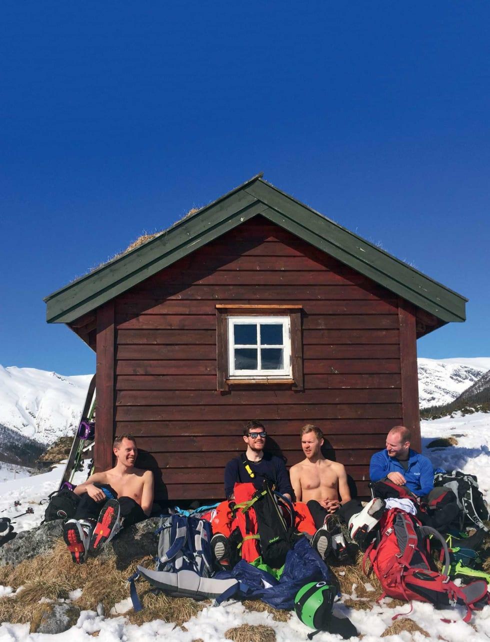 BARIS: Påskesola varmet godt for Sigurd Knapstad (t.v.), Anders Farsund, Per Gunnar Nordahl og Bjørn-Erik Bjelke Andreassen. Foto: Marie Havnen