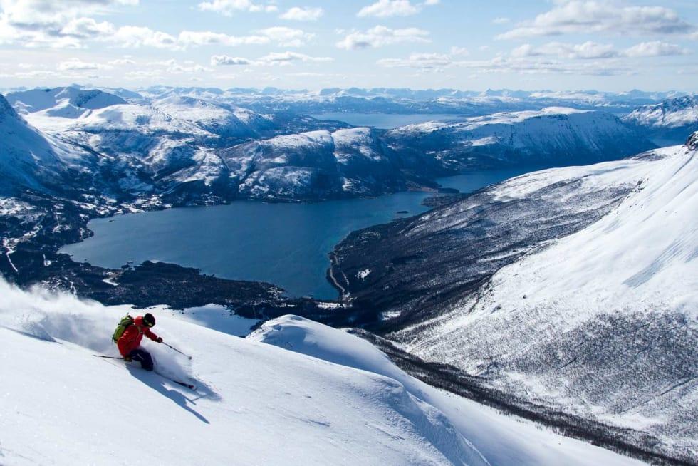 Lars-Åke Krantz på tur ned mot Grovfjorden fra Oldertinden. Foto: Robin Andersson / Toppturer rundt Narvik.