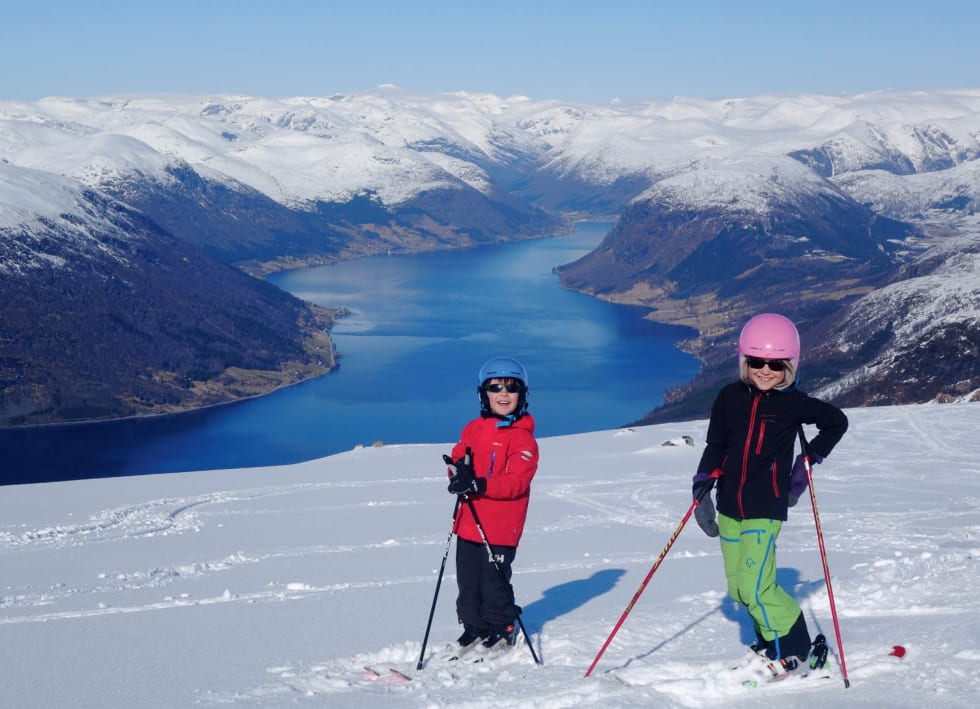 FRIKJØRERE: Sivert og Aurora er klare til å sette utfor fra toppen av Nonsnipa. Foto: Erlend Sande