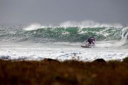 SURFFORBUD: Store deler av den norske kysten det forbud mot å surfe. Ingen av de politiske partiene lover å rydde opp i unntaketen fra allemannsretten, men noen går lenger enn andre i å antyde at slike begrensninger ikke er på sin plass (bildet: Markus Allen). Foto: Nils-Erik Bjørholt