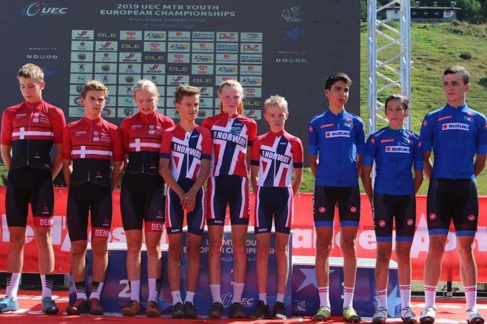 Det norske laget som vant U15-stafetten i ungdoms-EM besto av Sivert Ekroll, , Jørgen Nordhagen og Lisa Jorde. Foto: UEC