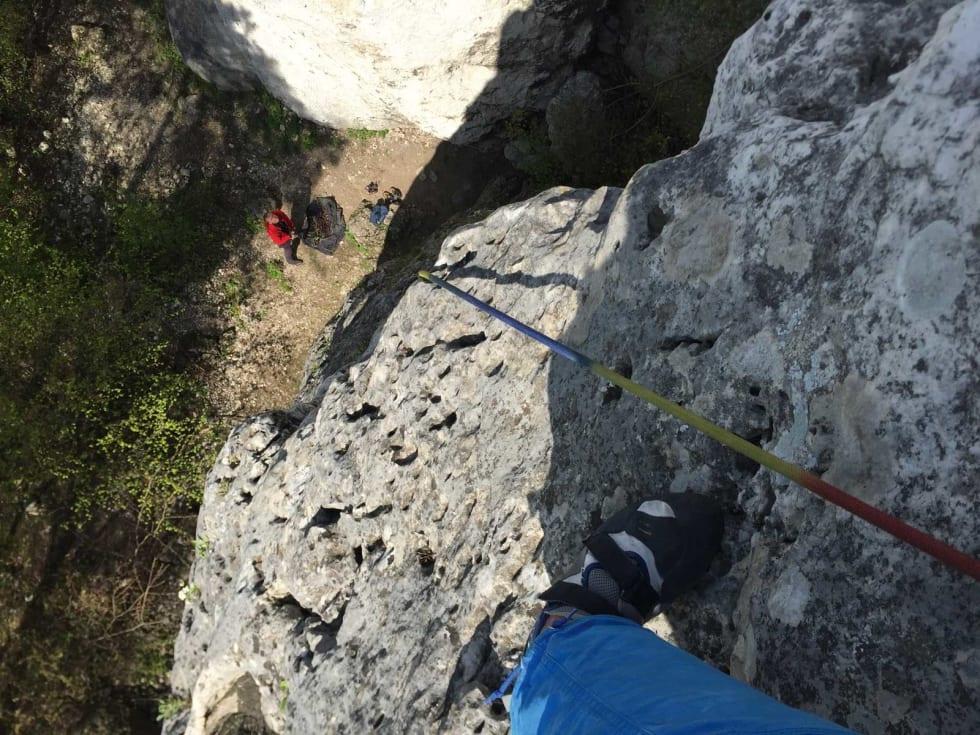 I veggen: Etter snart 40 ruter begynner det å svi i beina. Her utsikt ned mot en tålmodig polsk sikrer. Foto: Dag Hagen