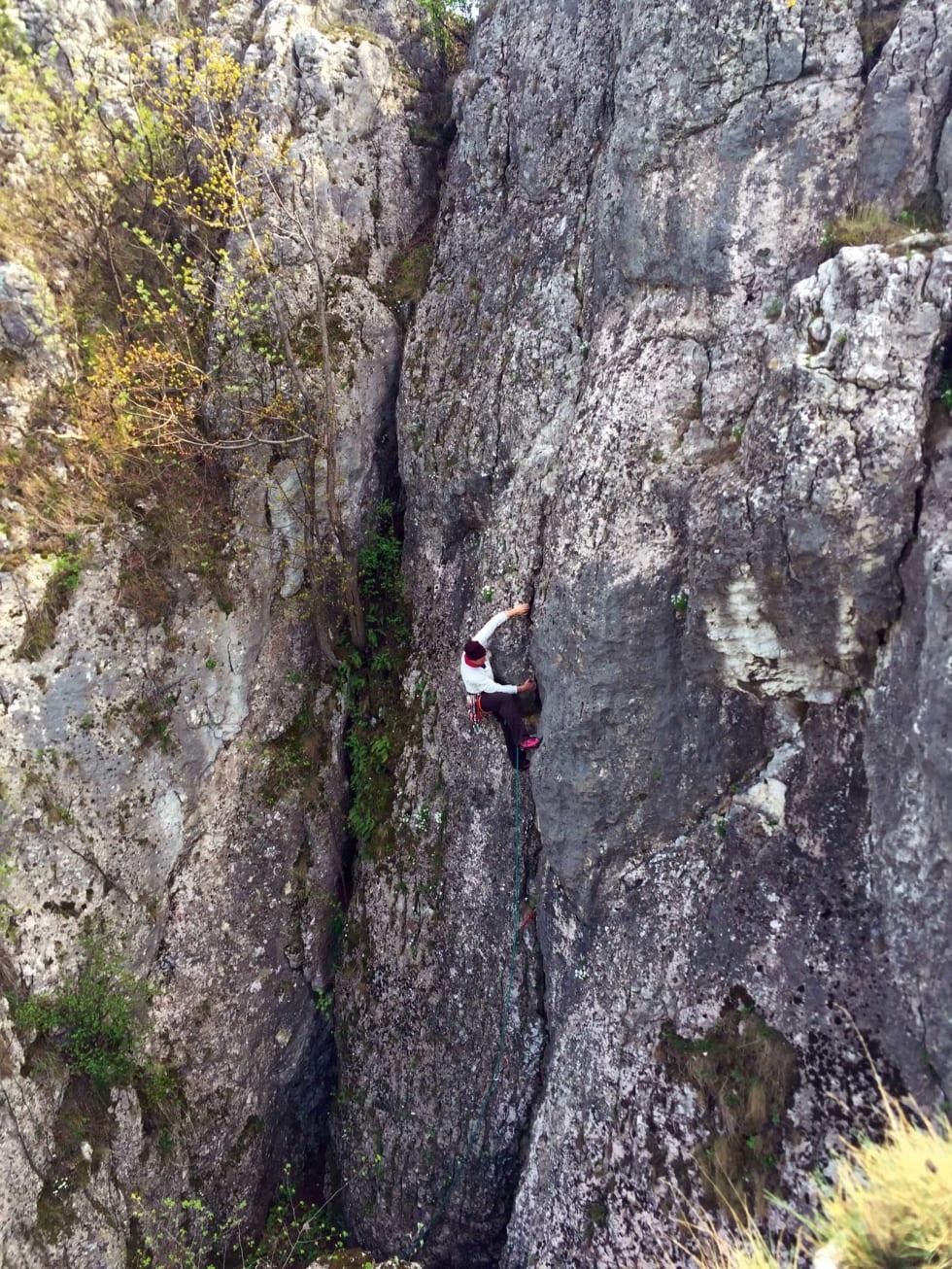 Fra toppen: Jeg titter over kanten på et tårn, og der er Lars Borg i gang med sin rute nummer 37. Foto: Dag Hagen