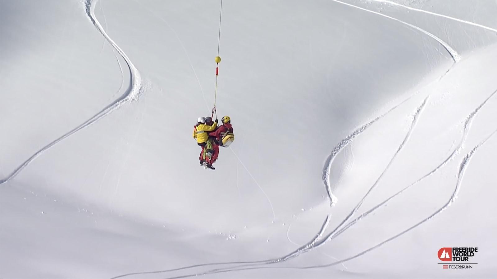 REDNINGSAKSJONEN: Skadeomfanget etter sammenstøtet med fjellet utvilsomt alvorlig, og Dennis Risvoll blir hentet ut av ambulansehelikopter. Bilde: Skjermdump FWT