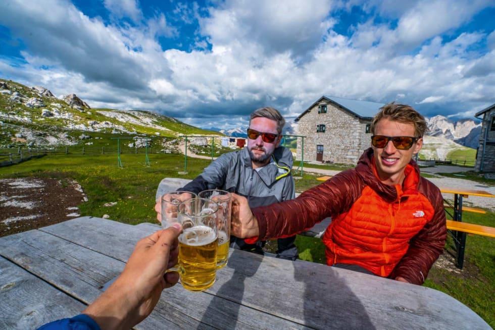 SKÅL: Var ikke mange gangene vi kom tidsnok frem til å ta en øl i sola, men når vi først gjorde det smakte det så godt at Amund ble likbleik i trynet.