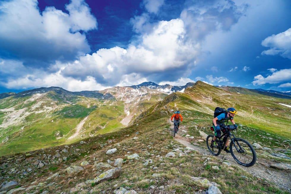 MOT DAVOS: Det tok ikke lang tid før vi innså hvorfor denne byen er et Mekka for stisyklister. Etter en lang og vond klatring på asfalt var det digg å få betalt i form av stier i verdensklasse.