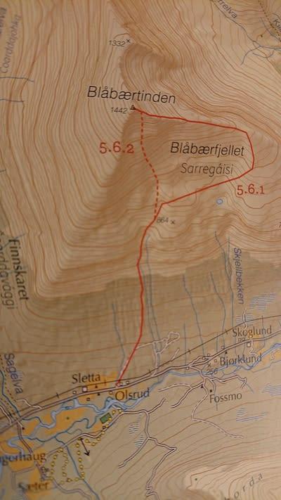 BLÅBÆRFJELLET: Tamokdalen er mye brukt av svenske og finske toppturfolk, og Blåbærfjellet er et stort og mektig fjell, som ofte har gode snøforhold (ATES-klassifiseringa er kompleks). Samtidig regnes fjellet som krevende og det er lett tilgjengelig fra veien gjennom Tamokdalen. Toppen lar seg ikke bestige uten å være innom skredterreng. Faksimile fra boka Toppturer i Troms.