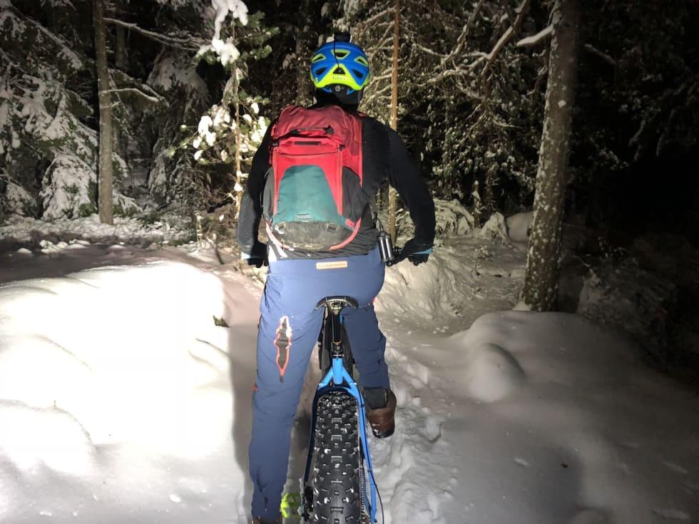 Med god lykt og hvit snø er det ikke noe problem å sykle på kveldstid. Foto: Anette Røssum Bastnes