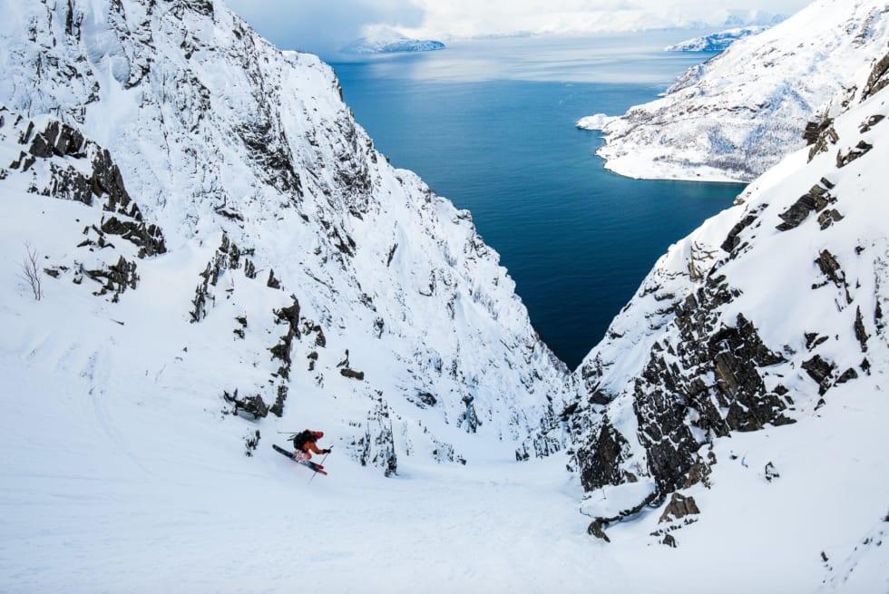 FJORDGLØTT: Fra Innernesfjellet tar Mikko Lampinen snarvegen ned til Reinfjord, med utsikt mot Kvænangen og Arnøya. Foto: Mika Merikanto
