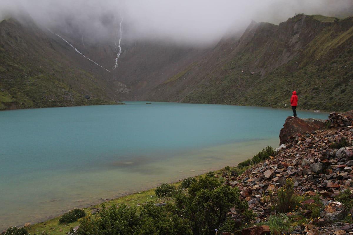 ISBAD: Humuntay-innsjøen ligg 4200 moh. blant spisse tindar og brear. Smeltevatnet frå breane gjev innsjøen den sterke turkise fargen. Og ikkje minst gjer det tilhøva perfekte for isbading! Foto: Sigrid Skjerdal.