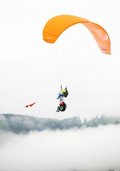 SVARET: Å droppe ein paraglider frå ein paraglider er grunnleggande meiningslaust. Og det er meininga. Foto: Ane Dahl Kristengård