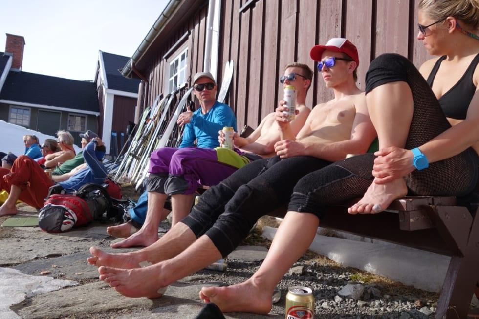 SPreke turdeltagere nyter solen i hytteveggen. Foto: Erlend Sande