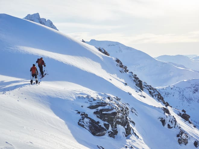 MOT TOPPEN: Lars Pahle Tønsberg og Eira Granviken Midtgaard på vei mot toppen. Foto: Timme Ellingjord