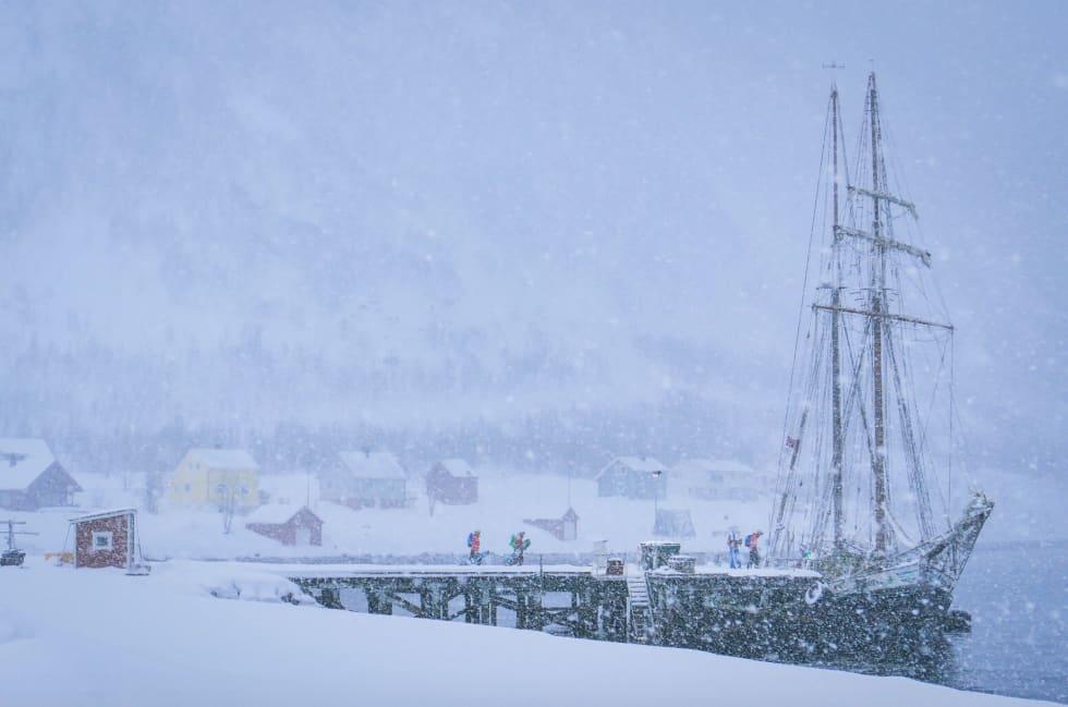 PUDDERTOKT: Etter en økt i skogen, venter varm lunsj i den snødekte seilskuta Ópal. Foto: Terje Valen Høihjelle