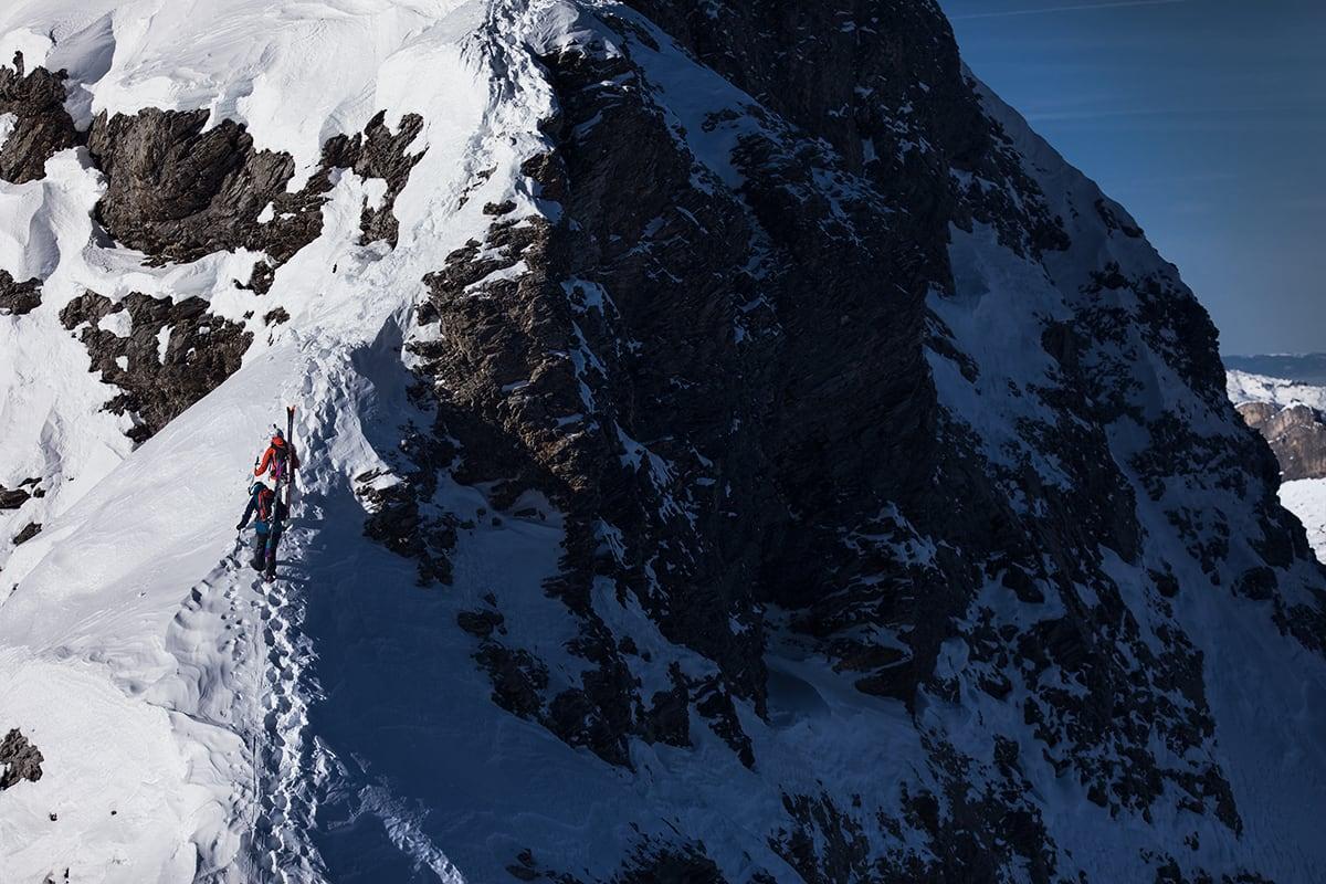PÅ LEIT: Lotten Rapp og Anja Alme Gardli leter desperat etter myk og urørt snø i et snøfattig Engelberg.