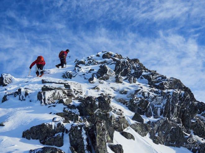 KREVENDE FORHOLD: Vindpåvirka snø og bratt terreng på Litletind. Foto: Timme Ellingjord
