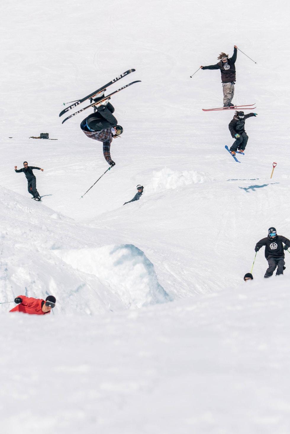 TOG: Christian Nummedal i rødt er lokfører, Robert Ruud i flip er passasjer sammen med Jonas Hunziker (blå brilleglass), James Woods (går inn for landing), Charlie Lasser (i twist) og Martin Lothe (på hoppet).
