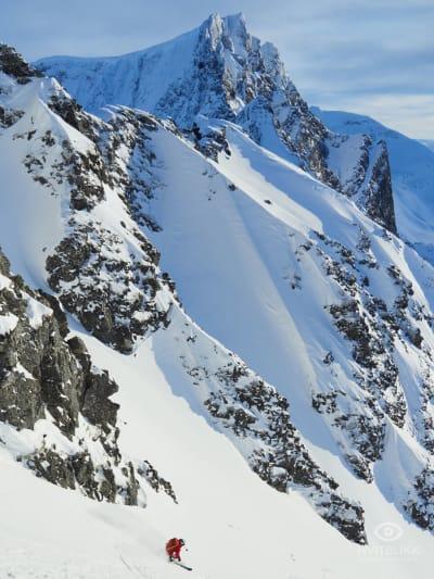 KJØRING: Eira setter fart ned fra toppen. Foto: Timme Ellingjord