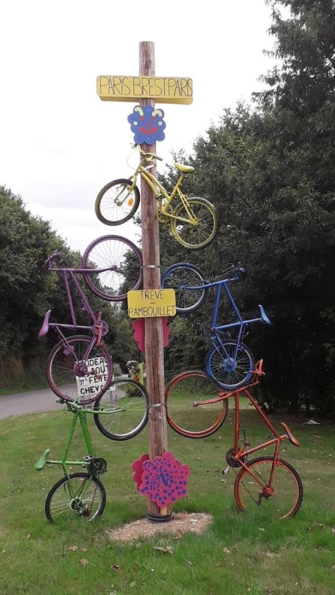 STAS: Sjekkpunktene underveis i Paris-Brest-Paris gjør stas på syklistene. Foto: Arrangøren