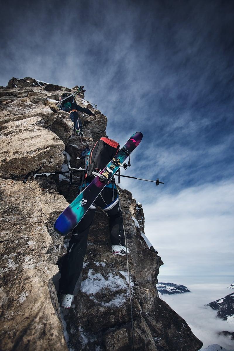 UTFORDRER: Linn Cecilie Mæhlum og Anja Alme Gardli gjør ting de ikke kan. Snømangel gjorde at jentene måtte ta i bruk nye verktøy. Sveitserne påpekte at skiferdighetene var adskillig bedre enn klatreferdighetene til de skandinaviske skibomsene