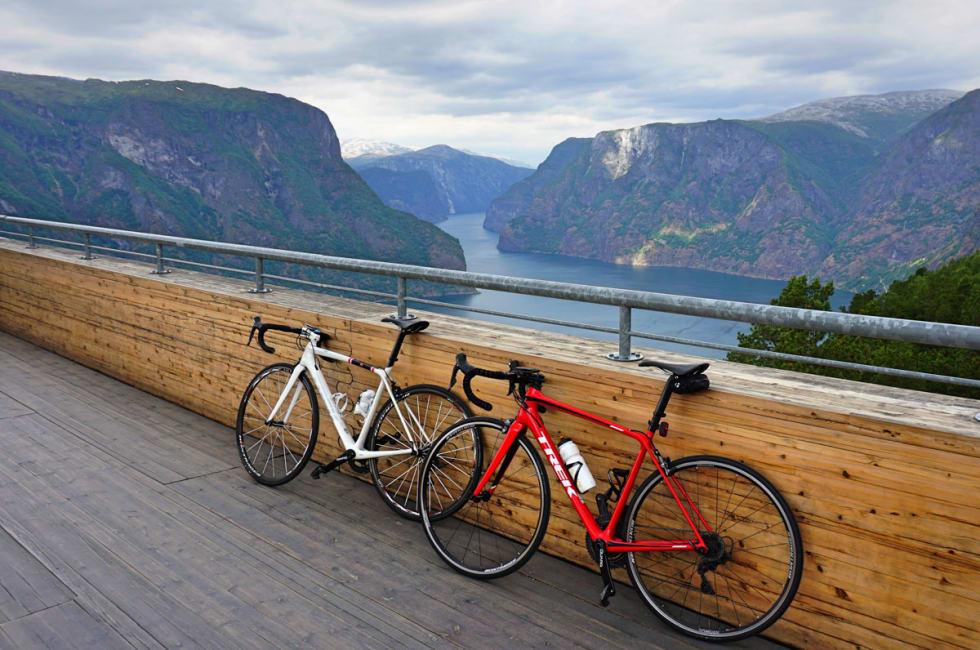 STEGASTEIN: Halvveis opp til Aurlandsfjellet møter man utsiktspunktet Stegastein. Foto: Jonas Orset.