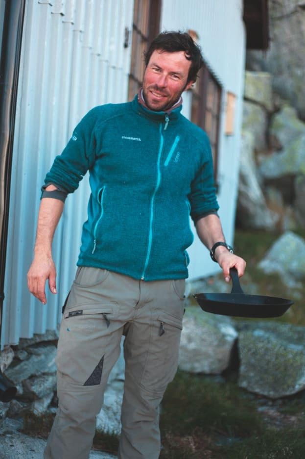 SPISE UTE: Ronny har hatt matguru Bent Stiansen som mentor. Han har kokkelert på de mest avsidesliggende steder. Foto: Matti Bernitz