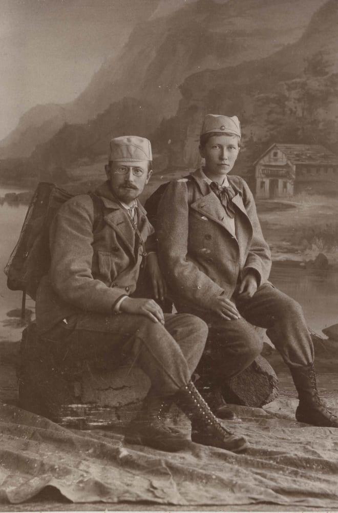 Thekla Resvoll med sin kommende ektemann etter en fjelltur i 1896. Dette er det første kjente fotografiet av en norsk kvinne i bukser uten skjørt over. Fotograf: Marie Roseland. Tilhører MUV, Universitetet i Oslo.