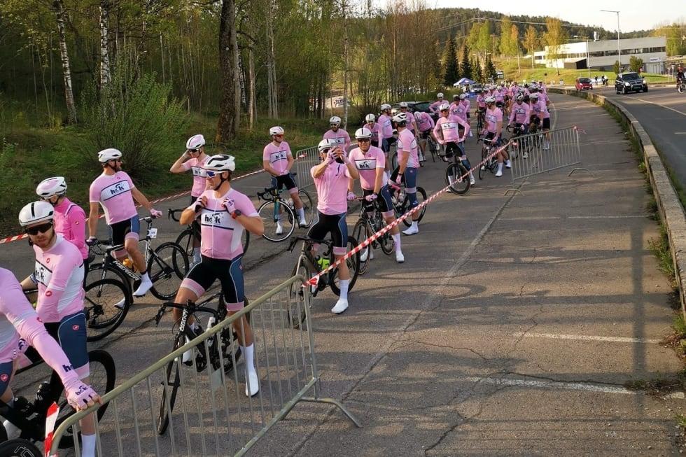 STARTKLARE: Holmenkollen CK stilte til start i Enebakk Rundt 1.mai med ambisjon om å sykle under 2 timer. De knuste målsettingen og var ikke langt unna pallen og Rye Expressen. Foto: Holmenkollen CK