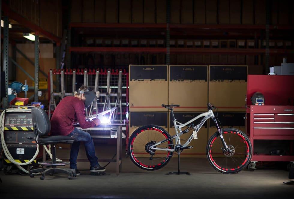 HANDS ON: Jeff Steber tar fortsatt et tak med sveiseapparatet under produksjon av prototyper i aluminium.