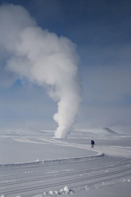 EKSOTISK: En sprutende geysir er litt av en opplevelse for oss skiturister. Foto: Orkugangan