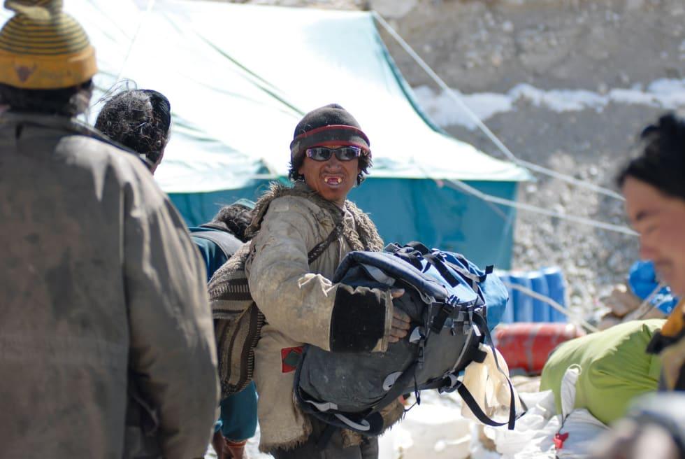 Arbeider: En tibetisk yak-gjeter gjør seg klar til dagens dont. Foto: Tormod Granheim