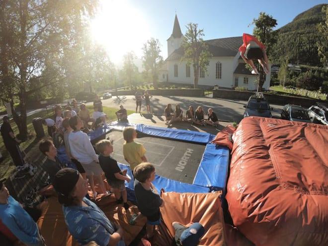 ETTERMIDDAG: Campen er full av aktiviteter etter skikjøringa – blant annet en fet trampoline-setup. Foto: Emil Granbom