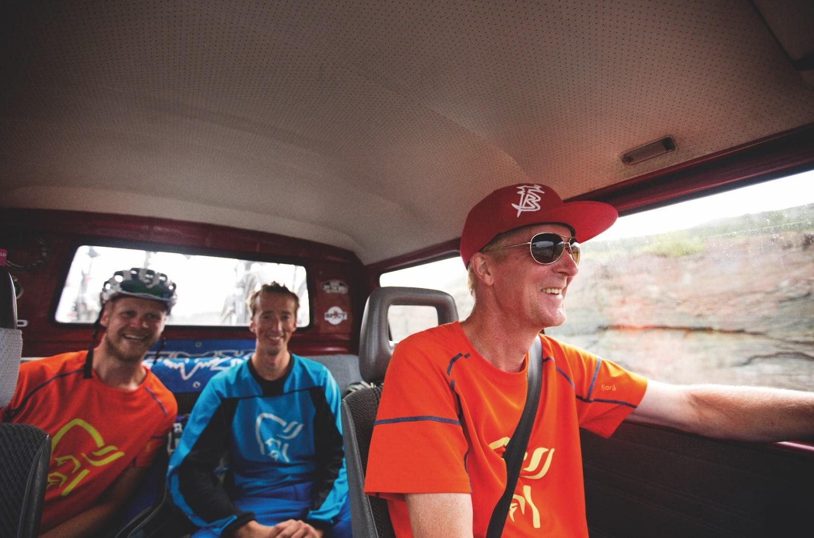 SOSIAL BIL: Sture Pettersen (t.h), Remi Einås og Per- Eivind Syvertsen forteller røverhistorier på vei hjem fra en fet stitur i Sverige.