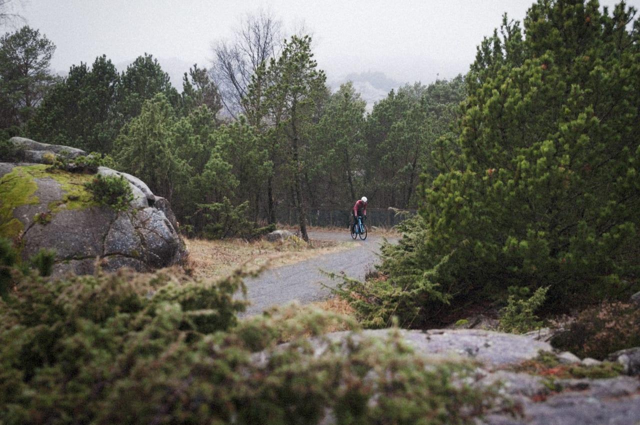 KORT OG GODT: Til tross for at bakkene aldri blir virkelig lange, får klatrebeina likevel kjørt seg der landskapet bølger bratt opp og ned dagen igjennom. Foto: Jørgen Rydheim.