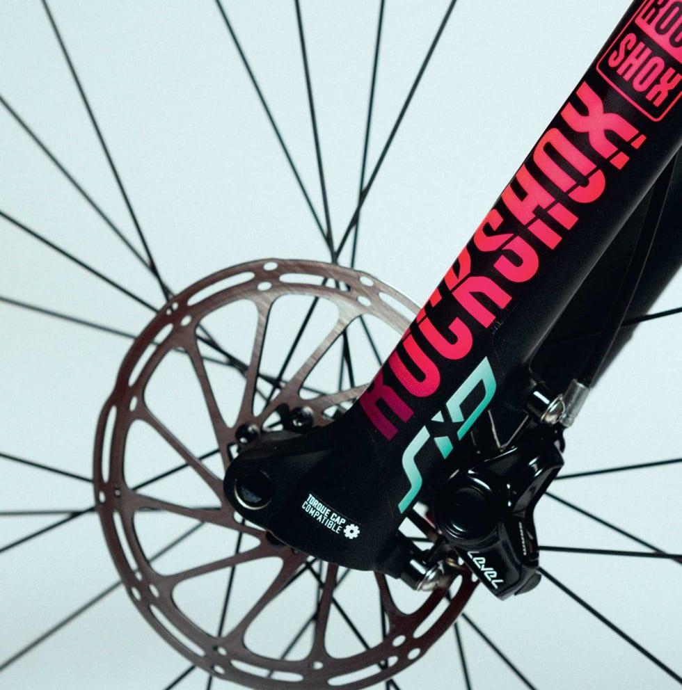 HELT UT: Fargevalgene er gjennomført fra ende til annen på sykkelen. Også RockShox-gaffelen har fått spesialfarger på dekalene.