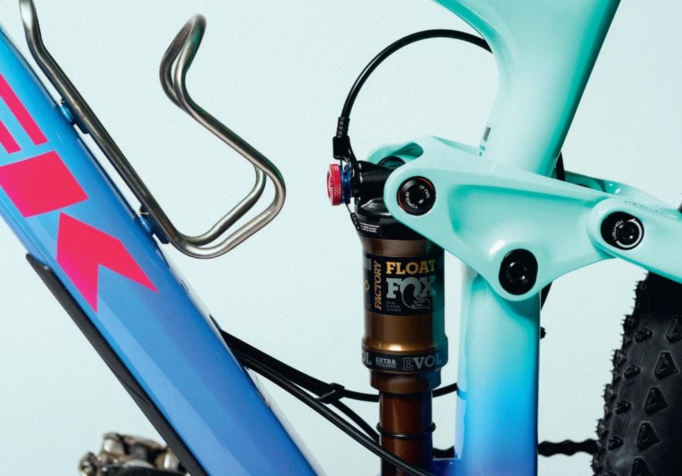 MØTES PÅ MIDTEN: I senter av sykkelen møtes fargene. Tobias bruker flaskeholder fra King Cage, og demperopphenget lar seg justere ved hjelp av Treks Mino-Link.