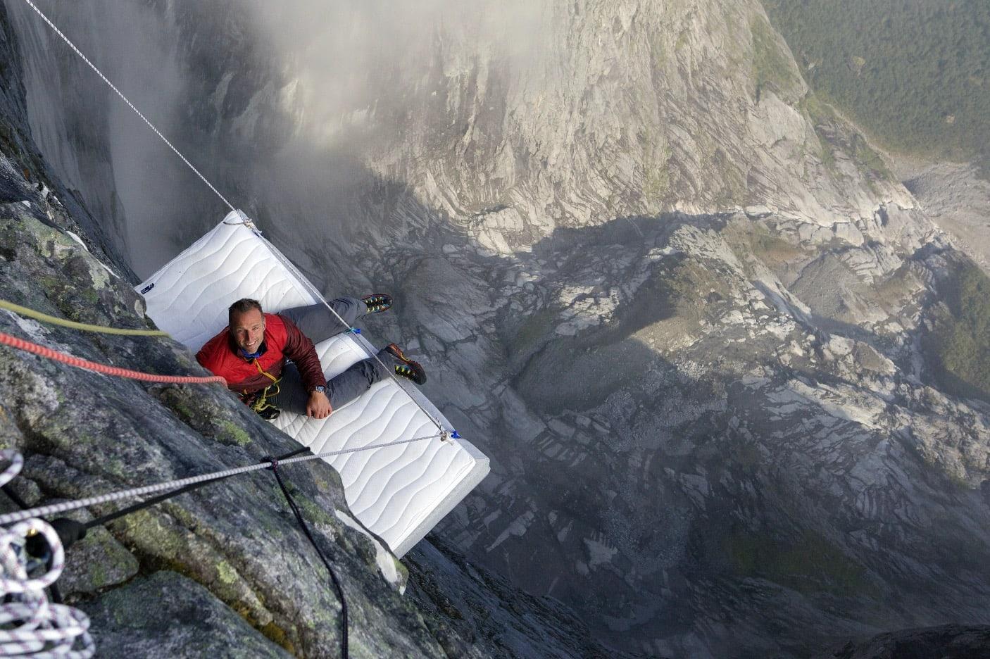 LUFTMADRASS: Programleder Tom Stiansen tester ut sengen to deltagere fikk sove i kjendisutgaven 2014, hengende fra Stabbeskaret, 1.500meter over Romsdalen i Møre og Romsdal.