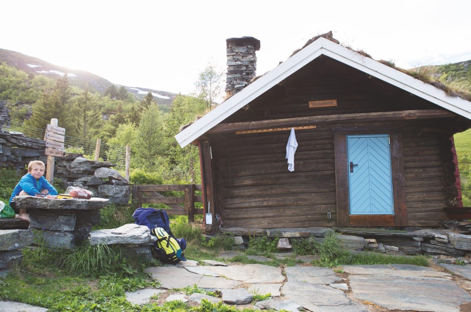 VOLLASETRA: Det er umulig å ikke kose seg på Vollasetra, den nyrestaurerte DNT-hytta man passerer på vei opp til Ekkertinden. Åtte år gamle Erlend spiser kveldsmat på verdens koseligste sted.