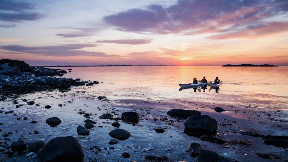 BERGENS PADLEPERLE: Havkajakk er en fin måte å oppleve naturen på en miljøvennlig måte. Her fra innspillingen til UTEs populære nettserie, Norske padleperler. Foto: Magnus Roald