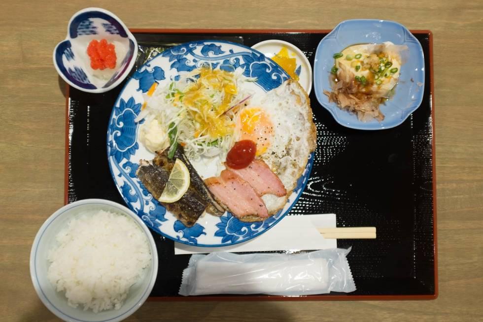 Frokost:  En typisk Japansk frokost. Egg, kjøtt, fisk, ris, rogn, salat og fermenterte grønnsaker.